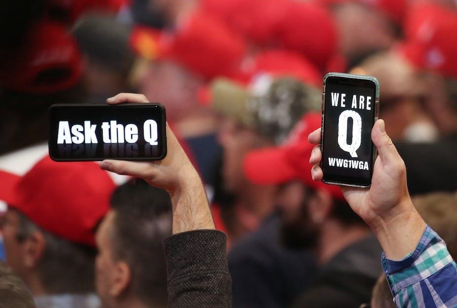 Des partisans du président Donald Trump brandissent leur téléphone avec des messages faisant référence à la théorie de conspiration des Qanons lors d'un rassemblement de campagne le 21 février 2020.