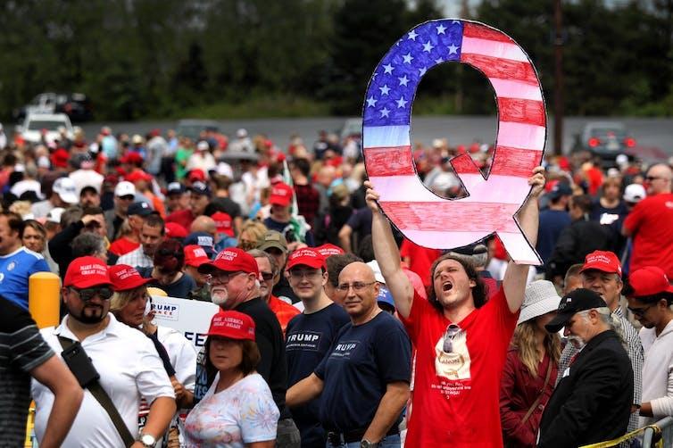 Un panneau «Q» brandi dans un meeting de Donald Trump