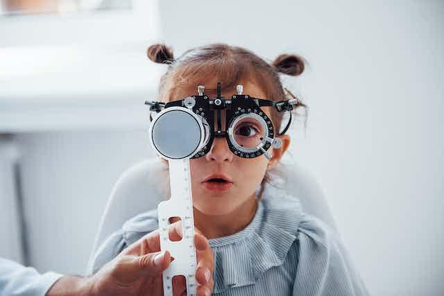 Una niña con unas gafas de optometría..