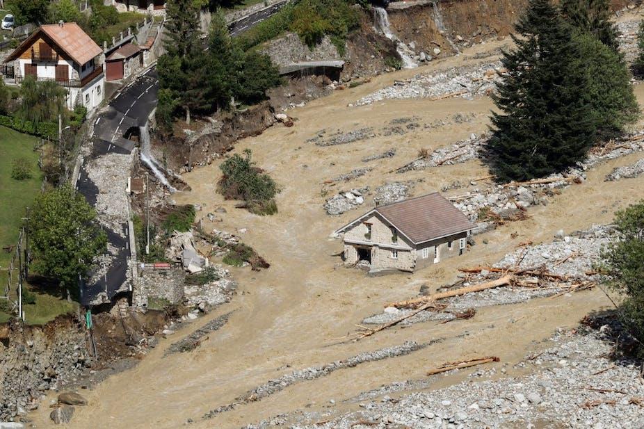 Maison encerclée par les eaux dans les Alpes-Maritimes