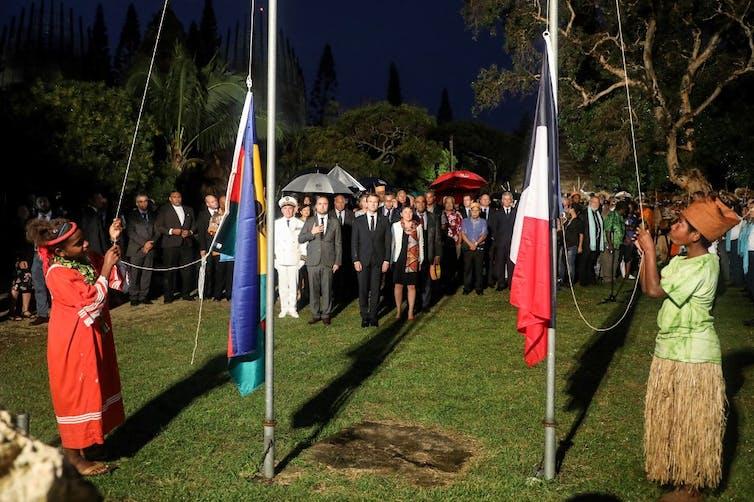 drapeaux français et néo-calédonien