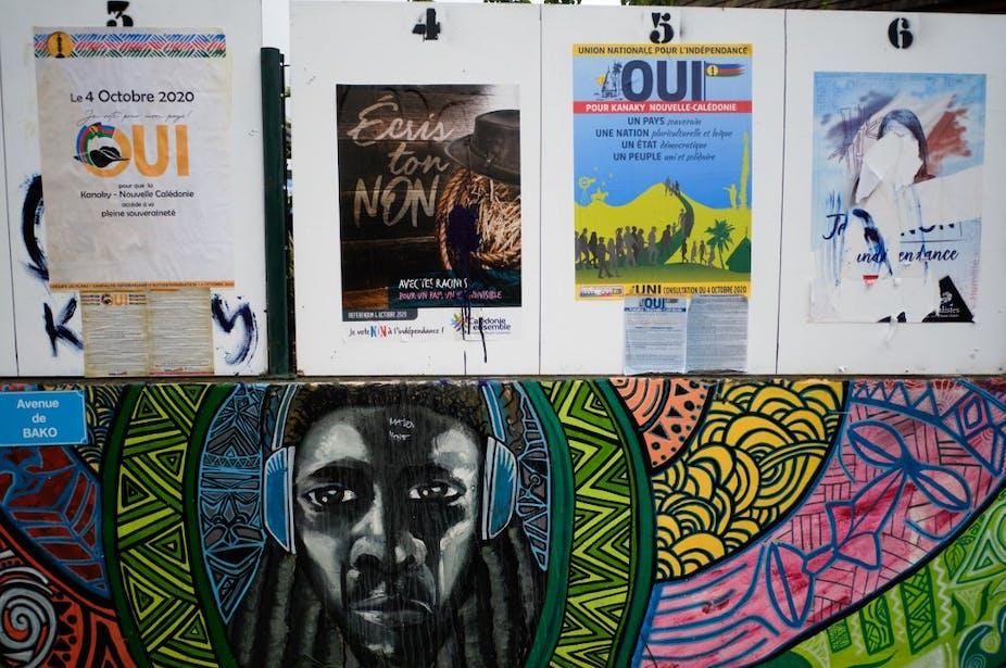 Des affiches pendant la campagne sur le référendum sur l'autodétermination de la Nouvelle-Calédonie,