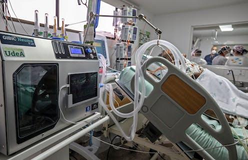 Un homme à l'hôpital sous respirateur
