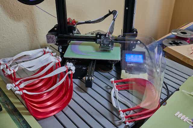 Impresora 3D y pantallas faciales.