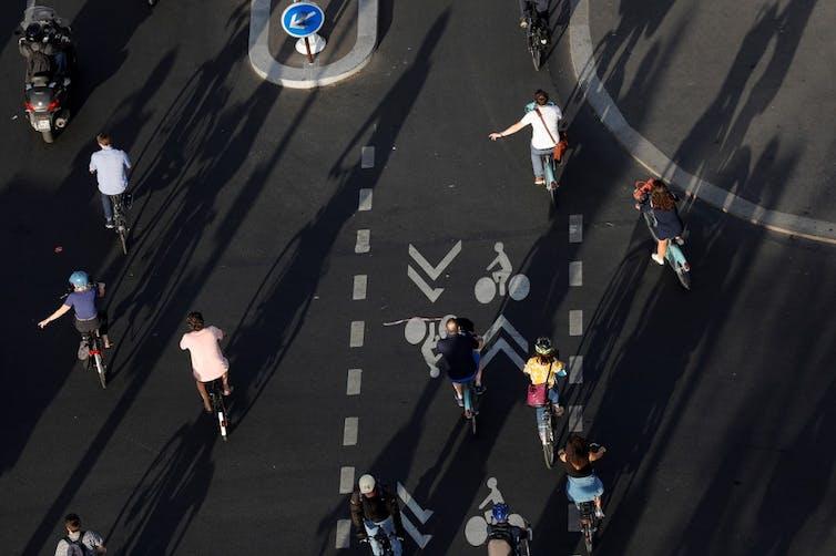 Des cyclistes sur la place de la Bastille à Paris