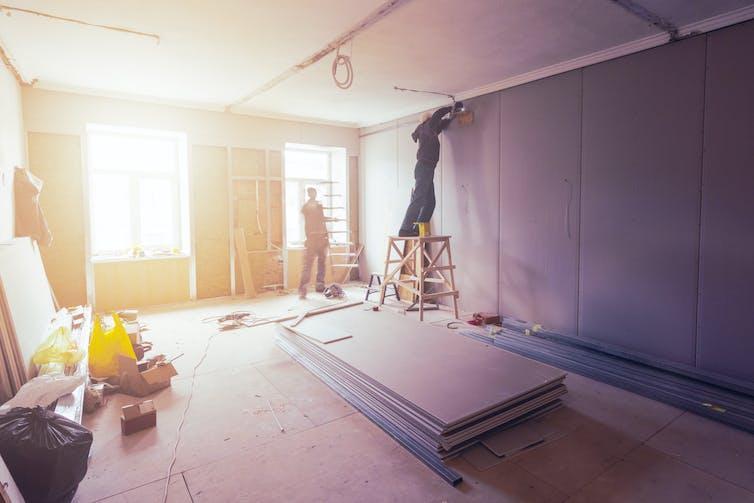Ouvriers du bâtiment sur un chantier de rénovation