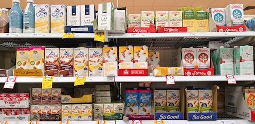 Berbagai susu kemasan berada di rak.