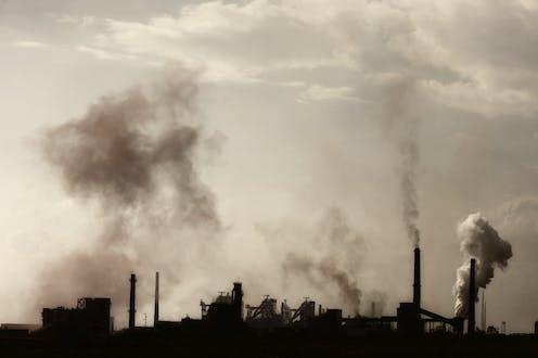 Pabrik mengeluarkan asap.