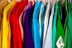 Close-up de camisas de diferentes colores colgadas en un armario
