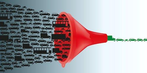 Un embudo rojo engulle coches negros y deja pasar coches verdes.