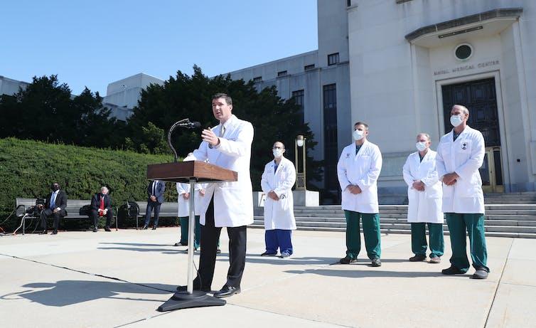 Des médecins informent les médias sur la santé du président Trump à l'extérieur du Walter Reed Medical Center