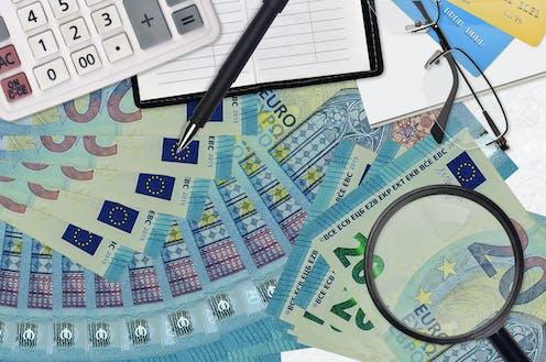 Billetes de 20 euros, calculadora, lupa, bolígrafo, formularios.