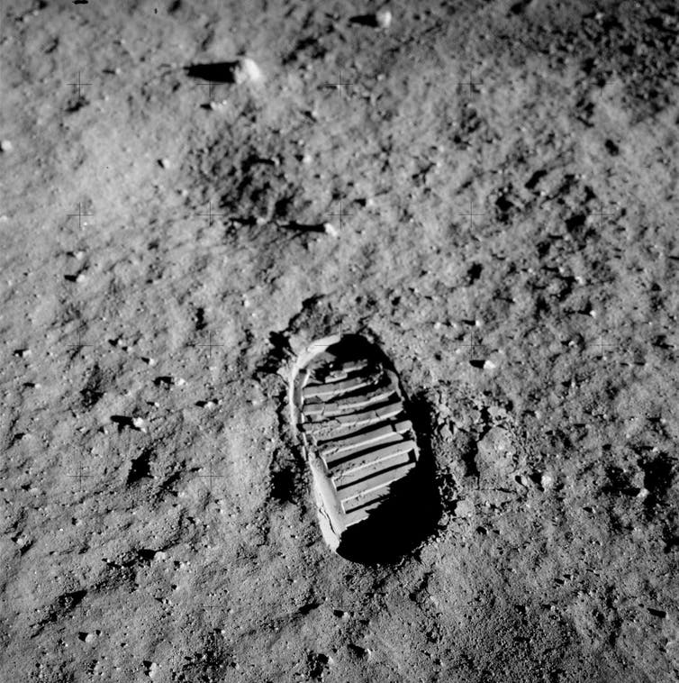 Picture of an astronauts footprint on the Moon.