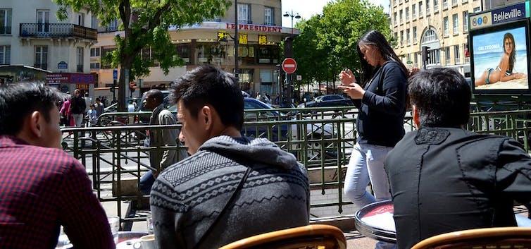 Jeunes d'origine asiatique dans le quartier de Belleville, Paris