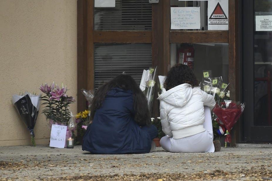 Collégiennes se recueillant en hommage à Samuel Paty