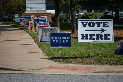 Inmediaciones de un colegio electoral con muchos carteles electorales de candidaturas diversas.