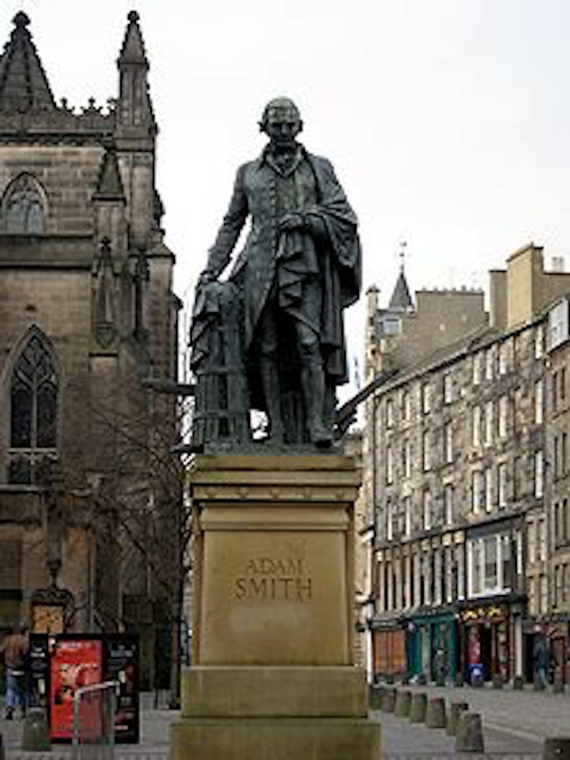Estatua de Adam Smith en Edimburgo. La fábula de las abejas