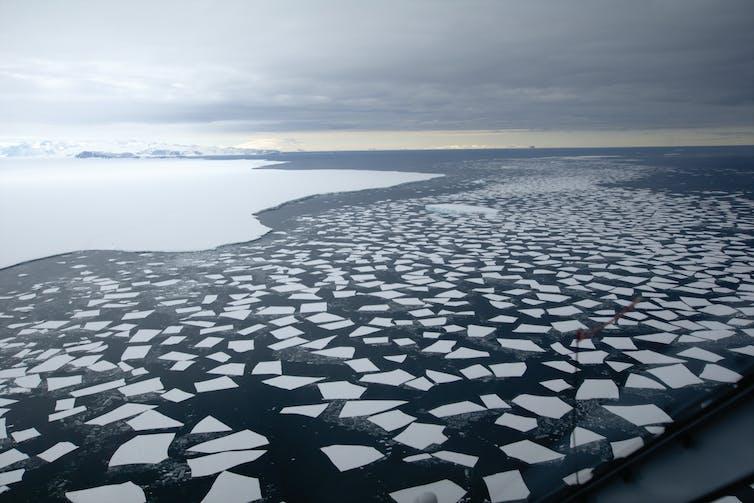 Lautan Selatan, dengan laut terbuka dan penuh es