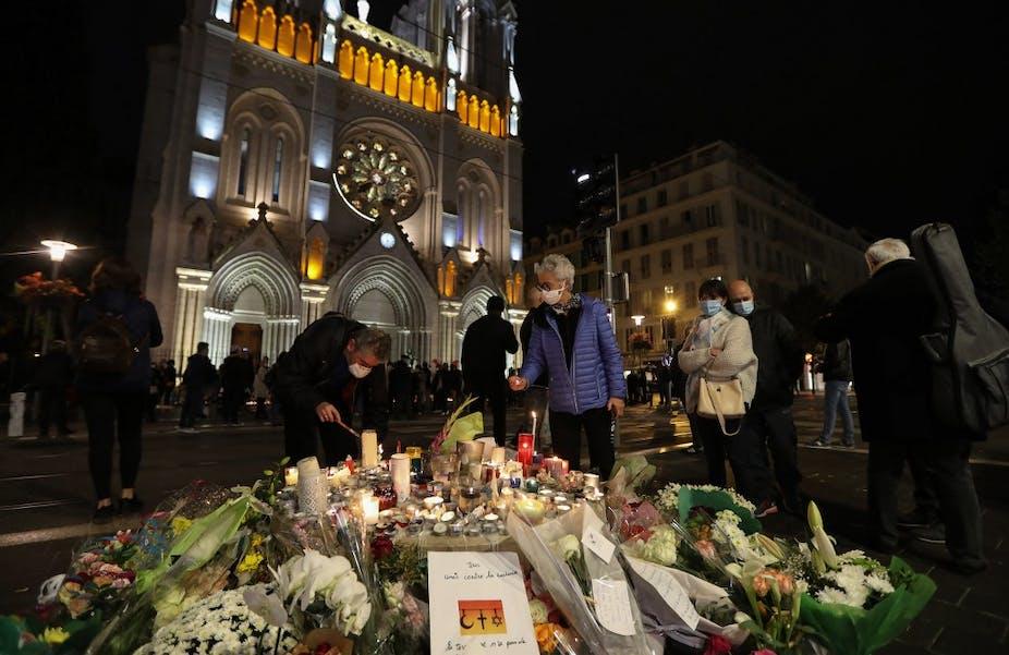 Veillée à Nice devant la basilique Notre-Dame de l'Assomption le 31 octobre 2020.