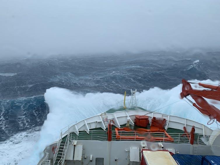 Kapal diterjang ombak tinggi