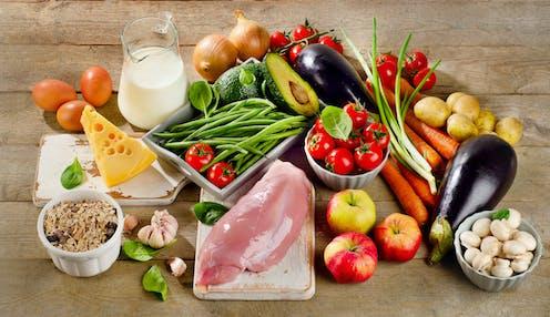 Grupo de alimentos: tomate, aguacate, leche, queso, carne, cebolla, zanahoria, patata, ect.
