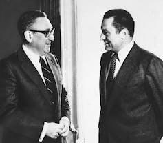 Henry Kissinger talks to Egypt's Hosni Mubarak.