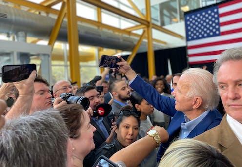 Joe Biden se hace una foto durante un acto en Houston, Texas.