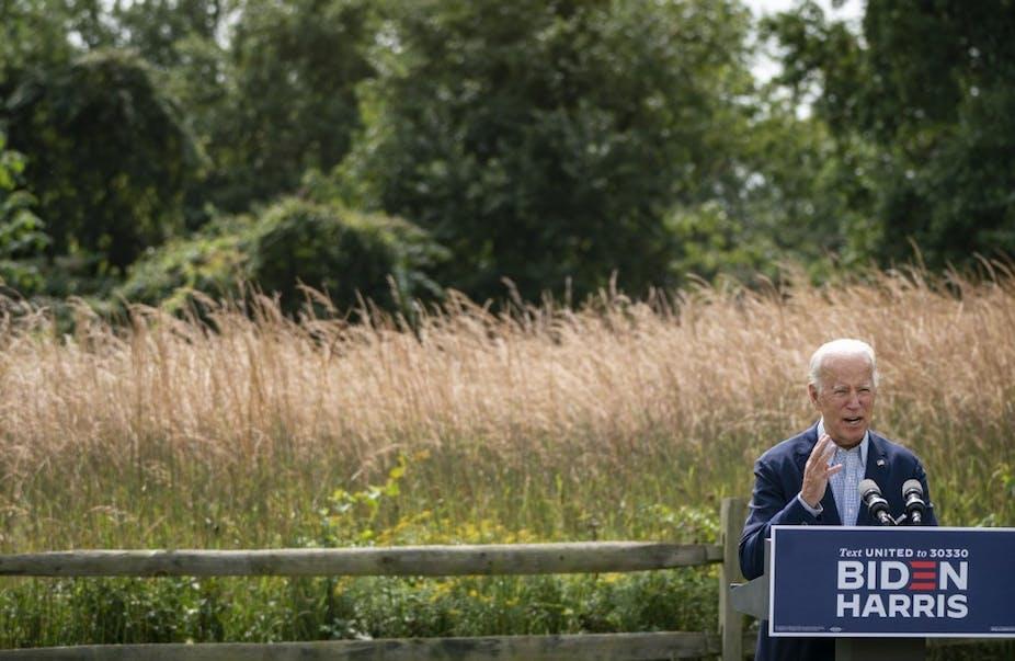 Joe Biden en plein air donnant un discours