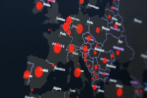Mapa europeo gris con puntos rojos señalando la incidencia del coronavirus.