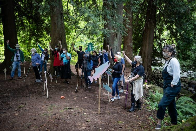 Des gens marchent dans une forêt.