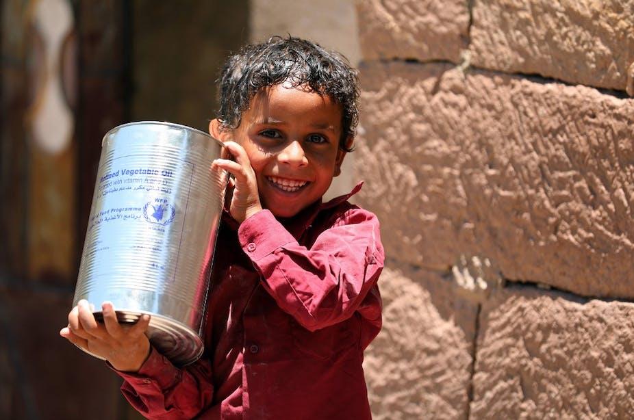 Un enfant yéménite reçoit une aide humanitaire