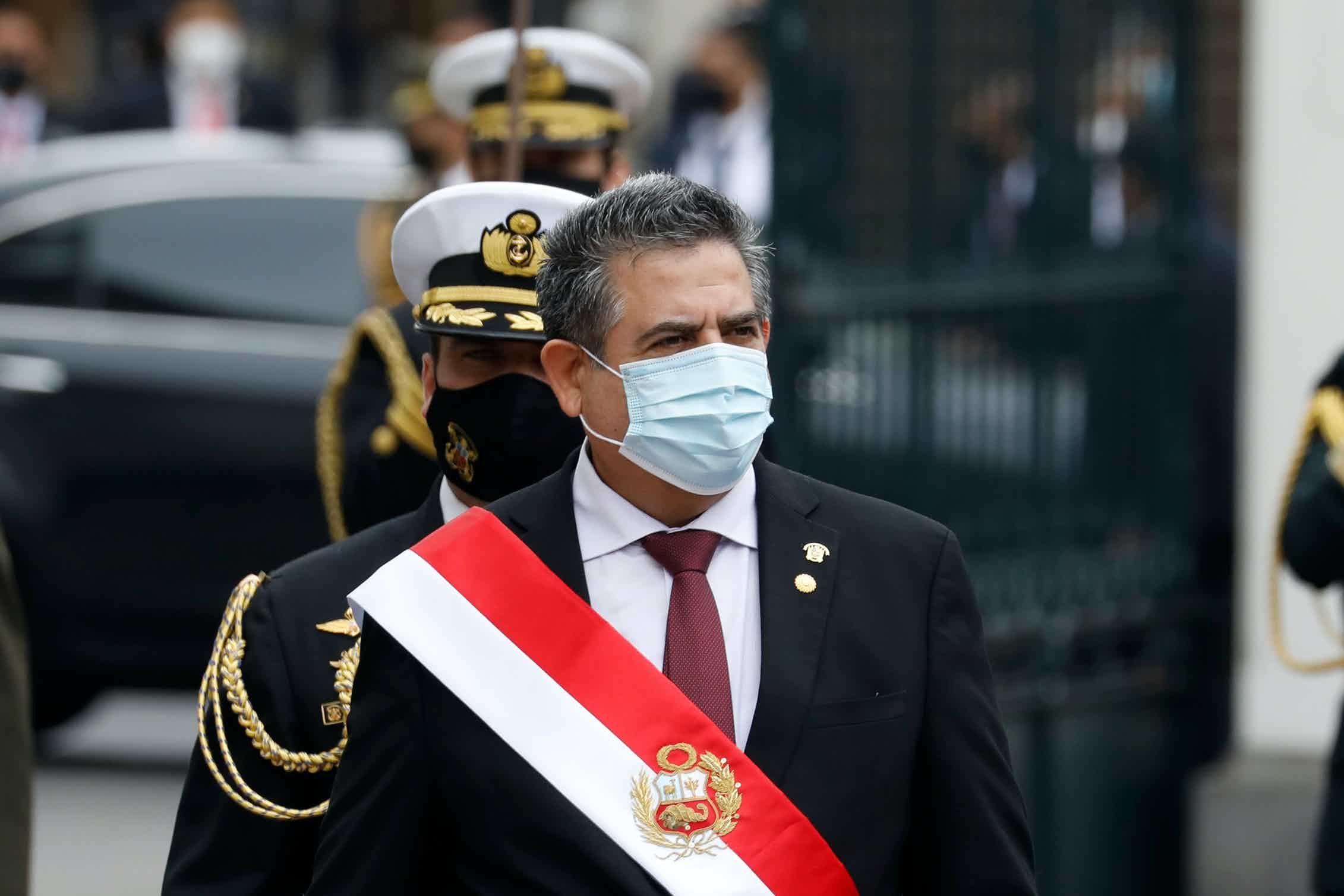 El ahora presidente dimisionario de Perú, Manuel Merino, saliendo fuera del edificio del Congreso tras jurar como presidente de Perú, en sustitución de Martín Vizcarra, el 10 de noviembre de 2020.Shutterstock / mbzfotos