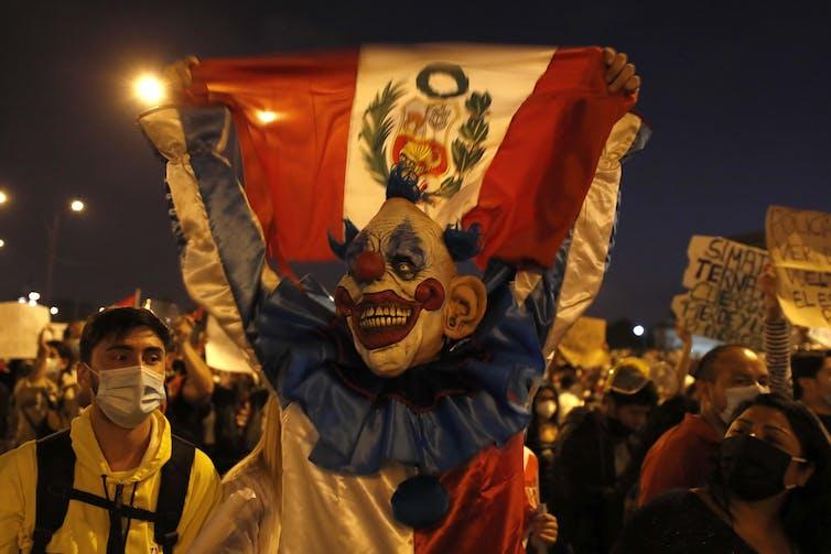 Hombre disfrazado de payaso protestando en las calles de Lima, noviembre de 2020.