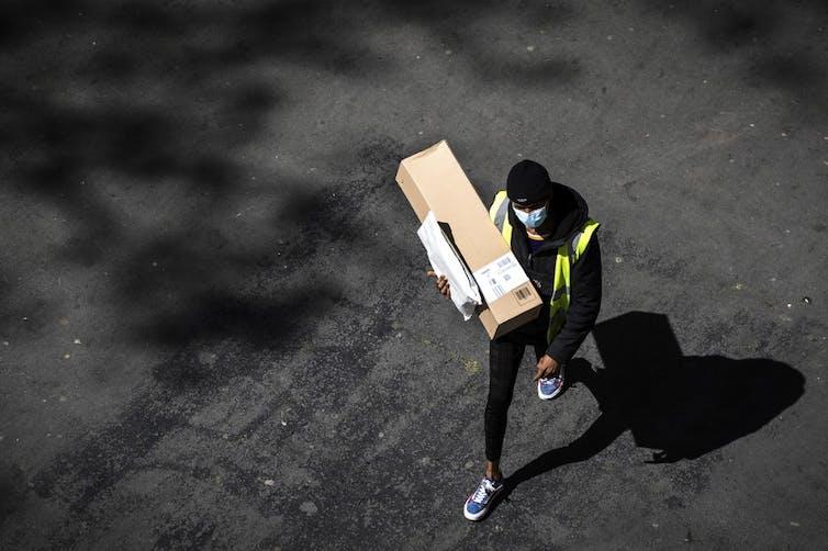 Un livreur 'Amazon' lors du premier confinement en avril 2020.