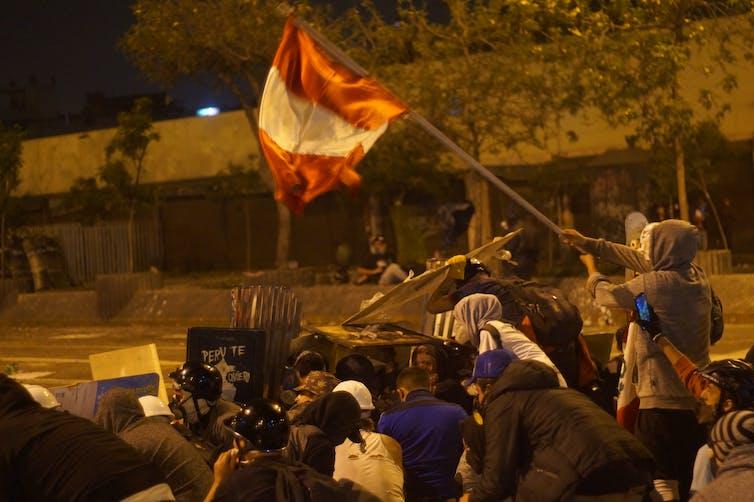 Manifestantes se enfrentan a la policía durante una protesta contra la decisión del Congreso de destituir al expresidente Martín Vizcarra. Lima, 14 de noviembre de 2020.Shutterstock / Joseph Everth