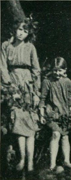 Las primas Frances Griffiths y Elsie Wright en una fotografía tomada en junio de 1917.Wikimedia Commons
