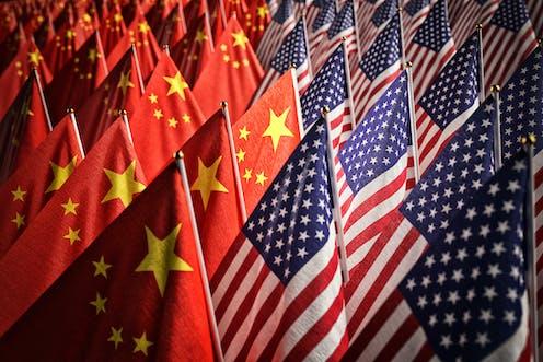 Numerosas banderas de China y Estados unidos.