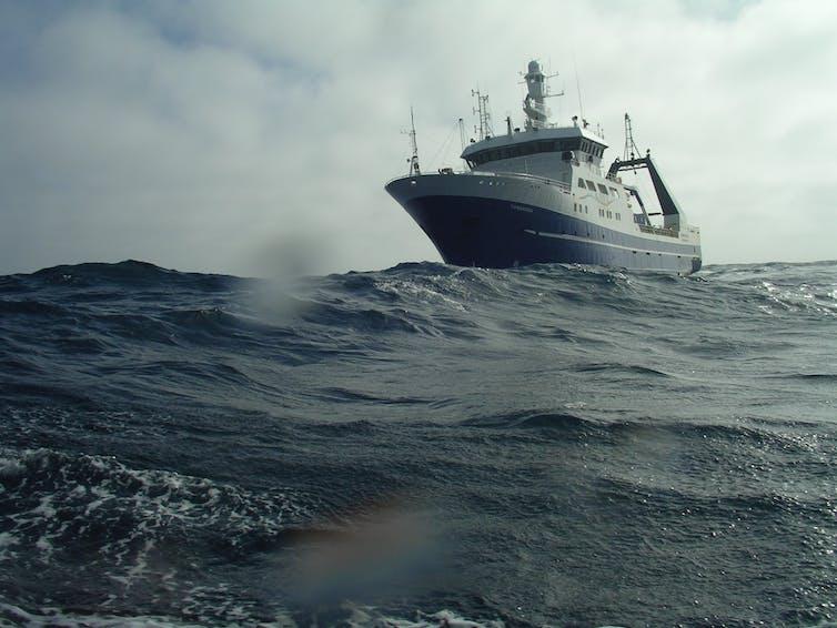 Kapal melintasi Lautan Selatan
