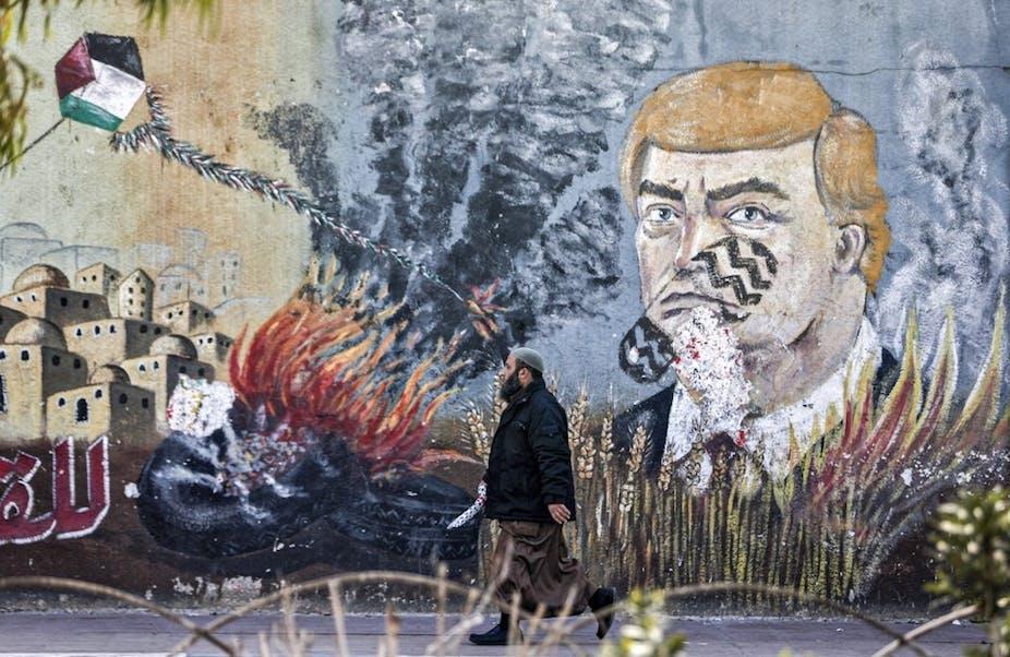Une fresque murale à Gaza représente le visage de Donald Trump portant une trace de semelle.