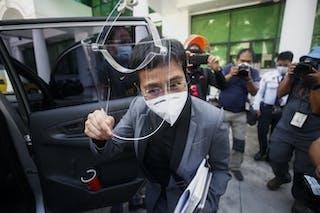 La periodista filipinoestadounidense Maria Ressa sale de un juzgado de Manila
