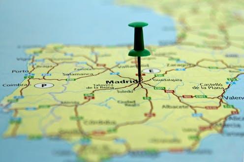 mapa de España con una chincheta verde pinchada en Madrid.