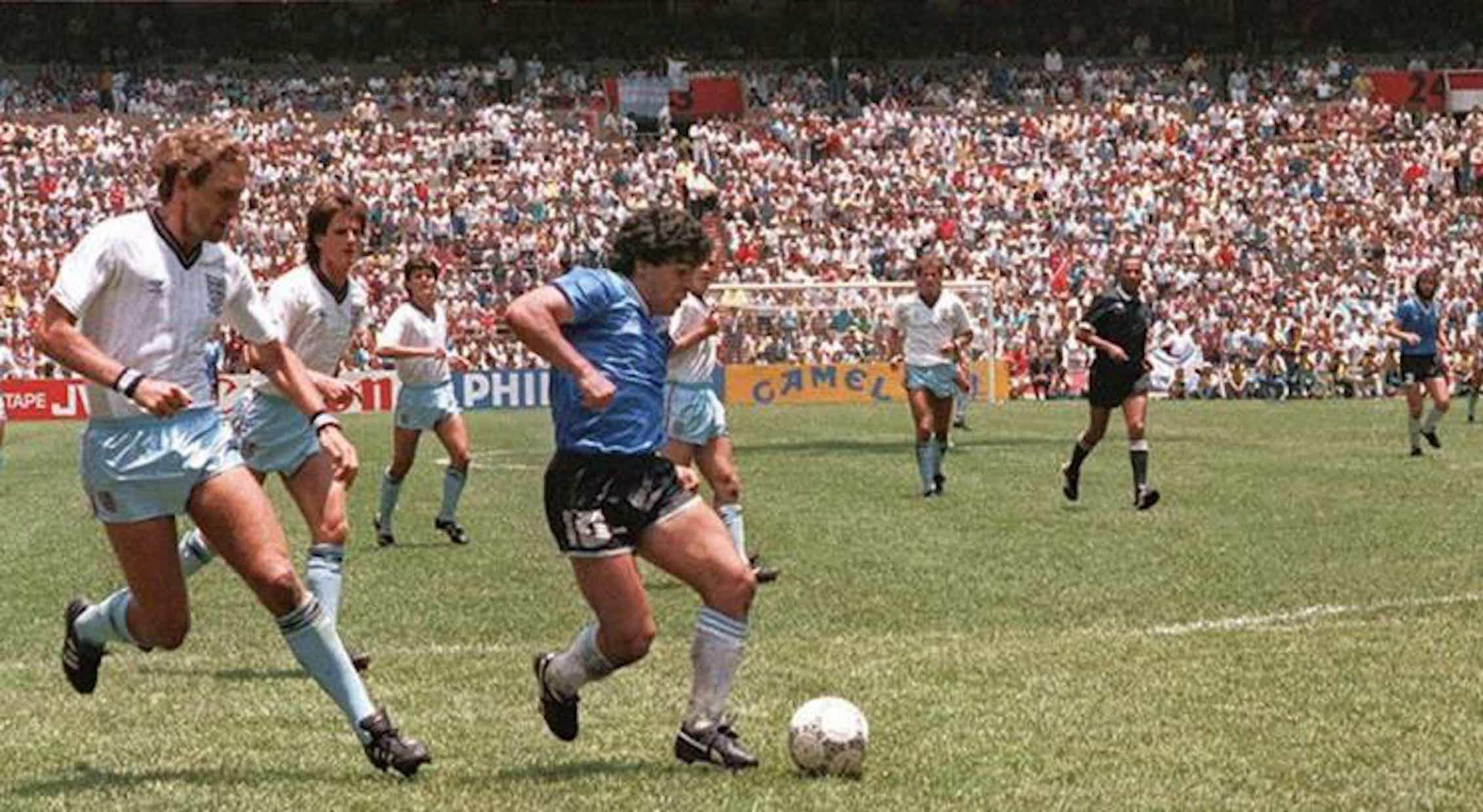Maradona justo antes de marcar el segundo gol a Inglaterra en el Mundial de México de 1986.Wikimedia Commons / Revista El Gráfico