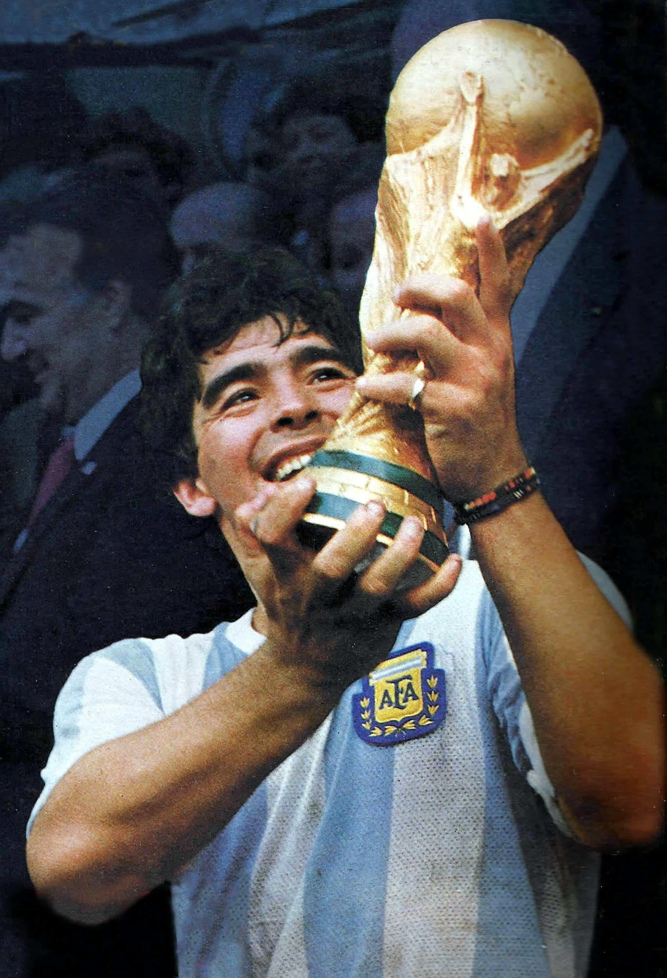 Maradona sostiene la Copa del Mundo de México 1986.Wikimedia Commons / Revista El Gráfico