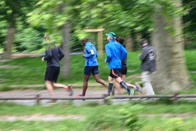 Un groupe de coureurs fait son jogging dans le parc du Bois de Boulogne, à Lille le 13mai 2020