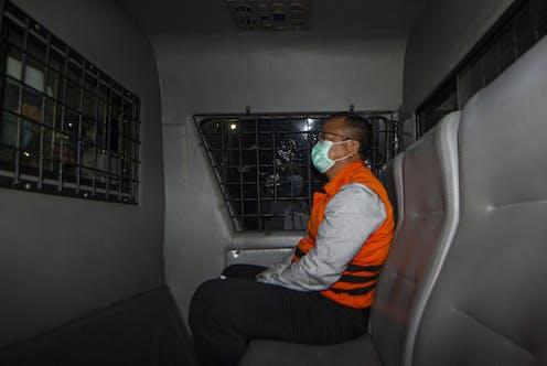Menteri Kelautan dan Perikanan Edhy Prabowo berada di dalam mobil tahanan usai menjalani pemeriksaan terkait kasus dugaan korupsi ekspor benih lobster di Gedung KPK