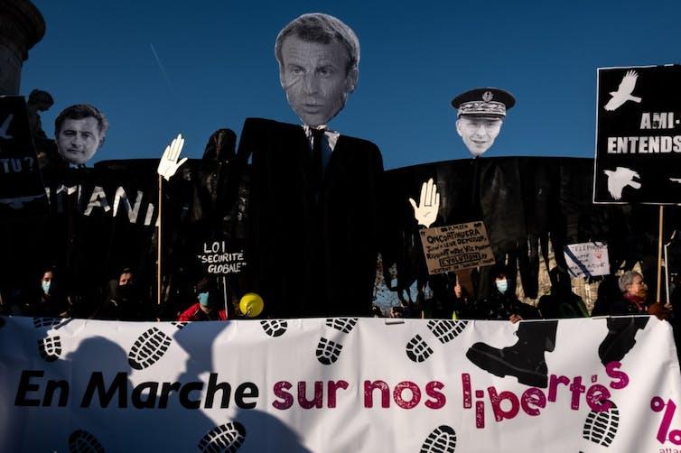 Effigies d'Emmanuel Macron, Gérard Darmanin (ministre de l'intérieur) et Didier Lallemant (préfet de police de Paris) lors de la marche pour les libertés le 28novembre