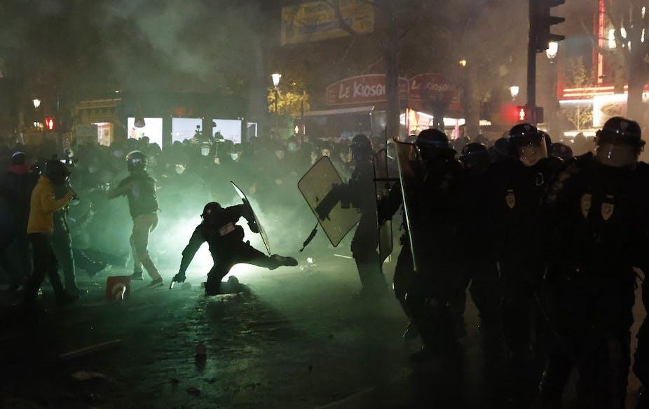 Un policier à terre lors d'affrontements avec des groupes en marge de la manifestation pour les libertés le 26 novembre