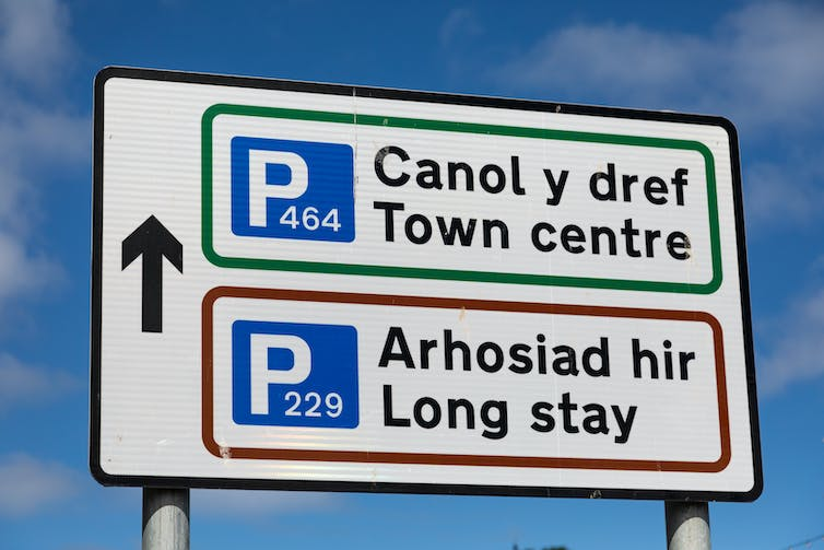 A parking sign in English and Welsh