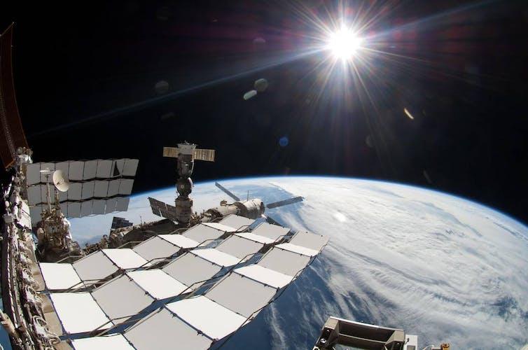محطة الفضاء الدولية, الشمس, ألوان الشروق, ألوان غروب الشمس, الوان السماء, اطفال فضوليون