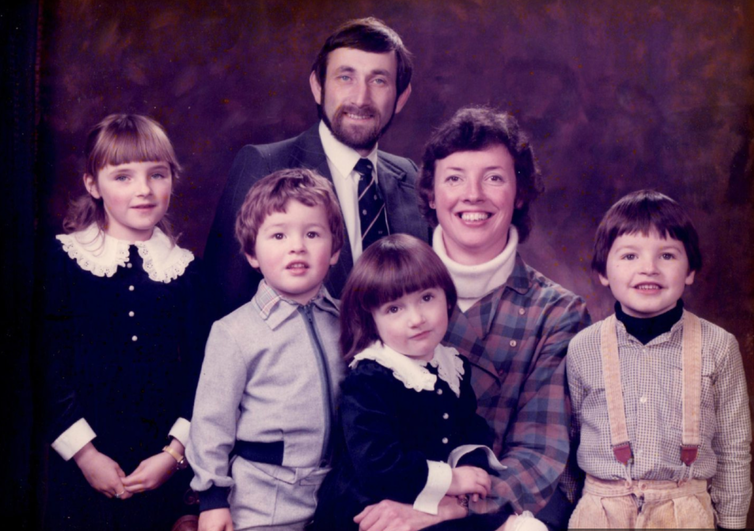 A photograph of the William family showing parents Sue and Jo with their four children in the 1980s.